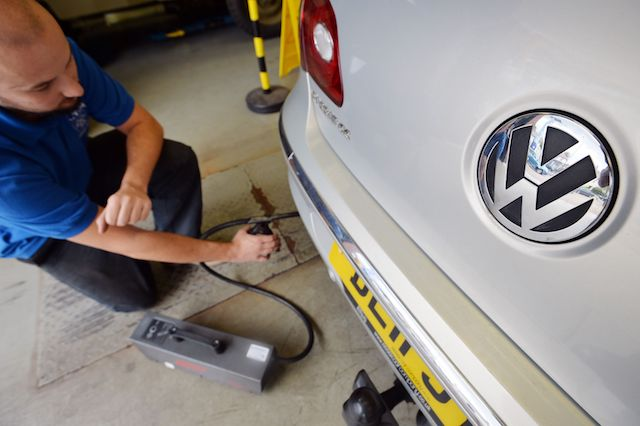 Volkswagen defends itself over failure to fix emissions-cheating software