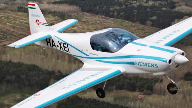 電気飛行機eFusionが試験飛行中に墜落、乗員2名が死亡。直前に出火、垂直に落下したとの情報も
