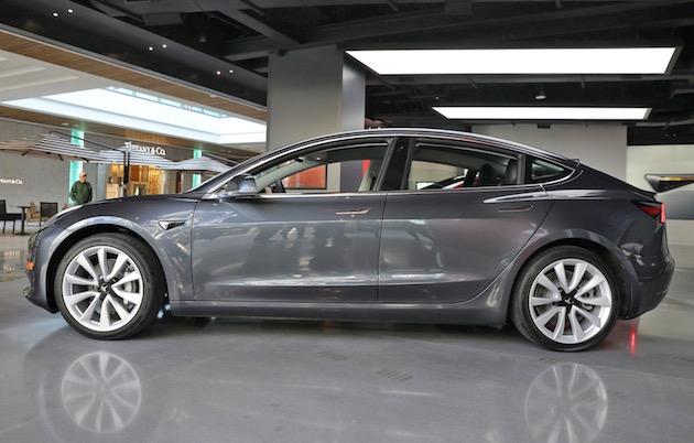 テスラ「モデル3」でも自動車庫入れ機能「Summon」が利用可能に。イーロン・マスクCEOも正式にツイート
