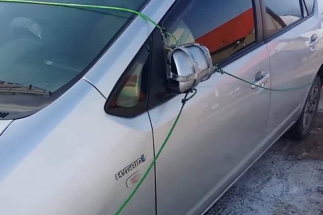 【ビデオ】ロシア人のトヨタ「プリウス」オーナーが考え出した、奇妙なサイドミラー盗難防止装置!