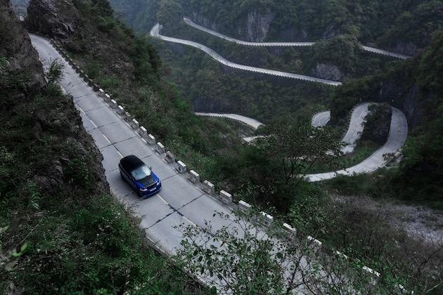 【ビデオ】「レンジローバー スポーツSVR」が、99カ所ものカーブがある天門山路で最速記録を達成! フェラーリの記録を破る!