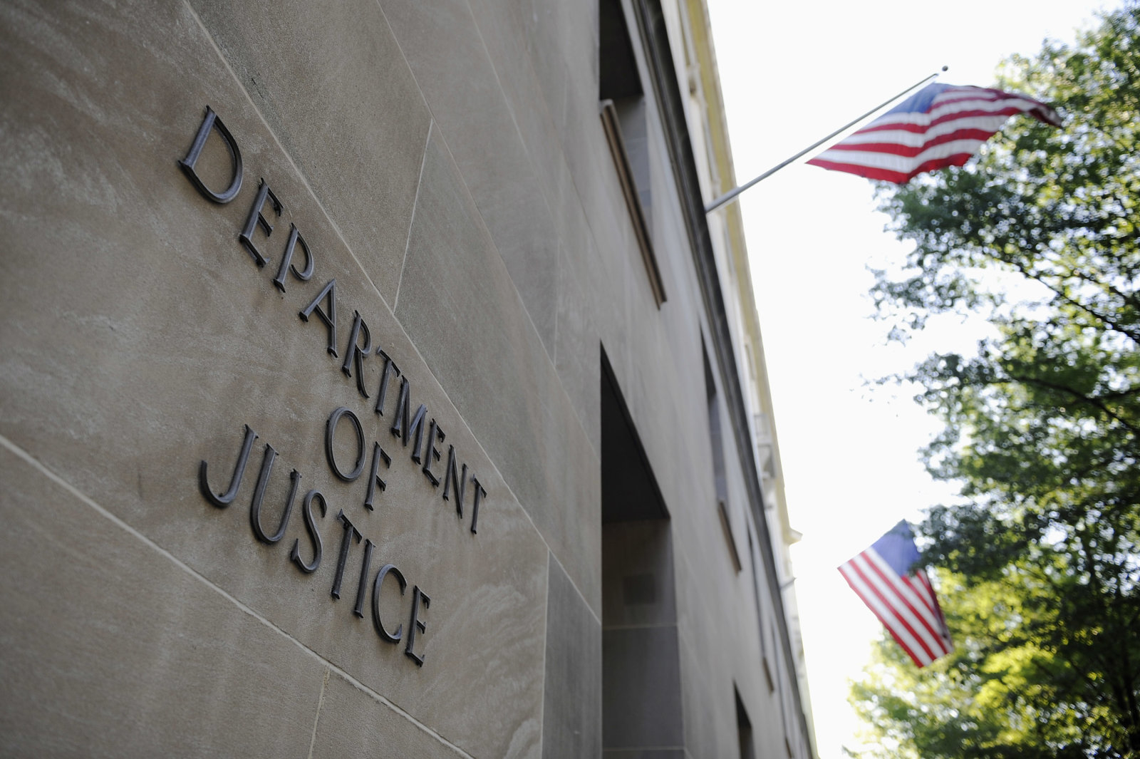 The exterior of the U.S. Department of Justice headquarters building in Washington, July 14, 2009.    REUTERS/Jonathan Ernst    (UNITED STATES)