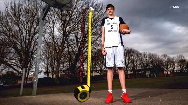 16歳で225cm!?英国で最も背の高いティーンエイジャーが話題に