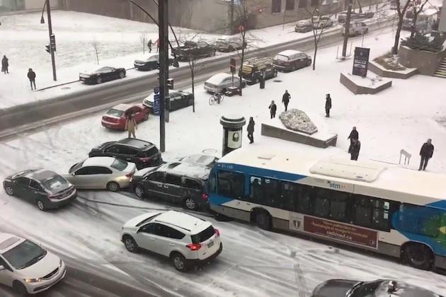 【ビデオ】初雪が降ったモントリオールの坂道で、バスや除雪車まで含む玉突き事故が発生!
