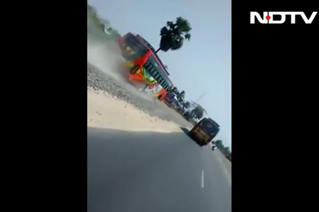 【車載ビデオ】インドの乗客をいっぱいに乗せた2台のバスが、高速道路でレースを繰り広げる!