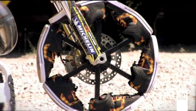 【ビデオ】「わけがわからないよ」スニーカーを履いたバイクが宙を舞う!!