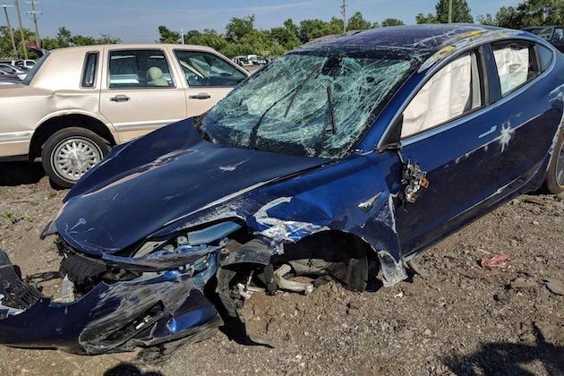 テスラ「モデル3」、派手に横転する大事故もドライバーは軽傷。車内にガラスの飛散なく、内部空間も確保