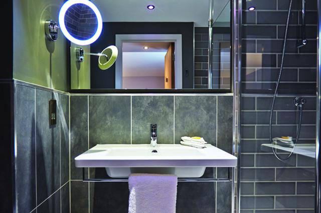 Holiday Inn Manchester City Centre bathroom