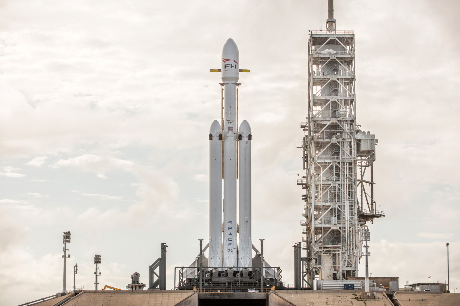 spacex-falcon-heavy-daytime-flickr.jpg