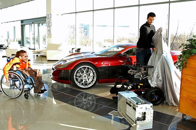 【ビデオ】スーパーEVのバッテリーを電動式車いすに積んだら、性能が激変!