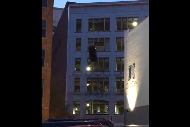 【ビデオ】立体駐車場の6階からクルマが落下! 米クリーブランドで『ワイルド・スピード』シリーズ第8作目の撮影をキャッチ
