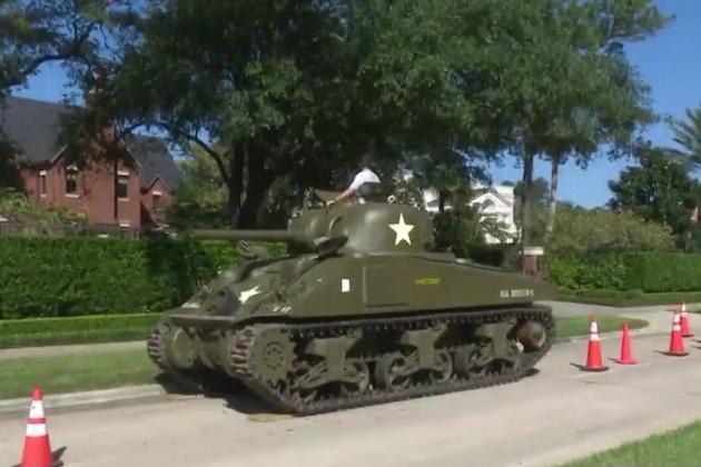 【ビデオ】高級住宅地に駐車されたシャーマン戦車をめぐり、住宅管理組合が所有者に宣戦布告