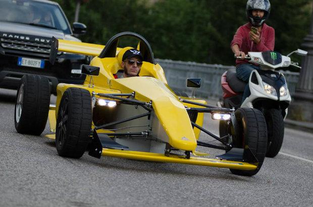 公道走行も可能なイタリア製EVレーシングカー、クラウドファンディングで資金募集中