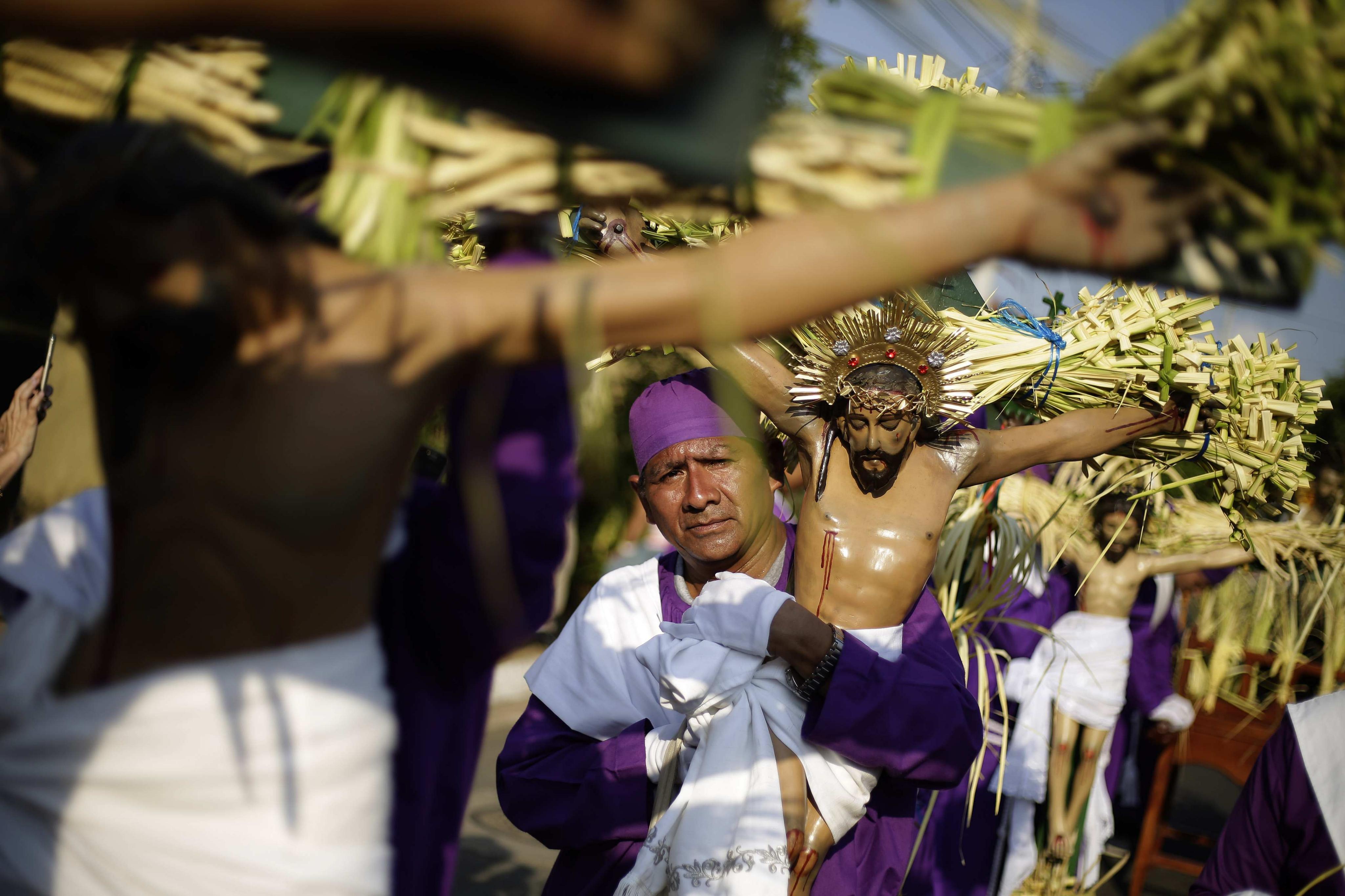 Fieles participan en la procesión de los Cristos de Izalco, al oeste de El Salvador. Varios cientos de...