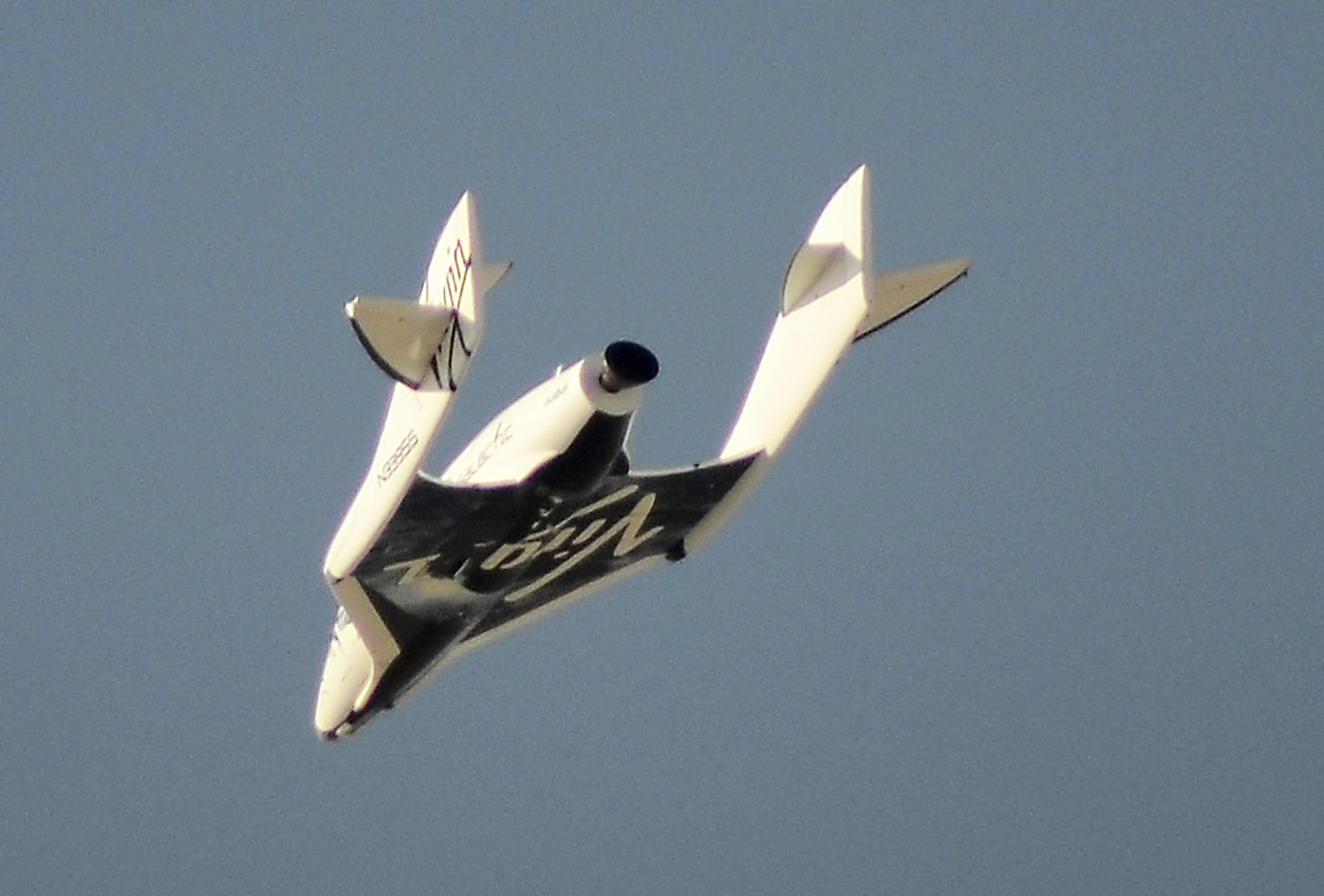 Virgin Galactic's SpaceShipTwo flies over the Mojave Desert in California April 29, 2013 shortly before successfully completing a test flight that broke the sound barrier. Virgin Galactic has been granted an operating license to fly its passenger rocketship with the world's first paying space tourists aboard once final safety tests are completed, the Federal Aviation Administration said August 1, 2016.   REUTERS/Gene Blevins/File Photo