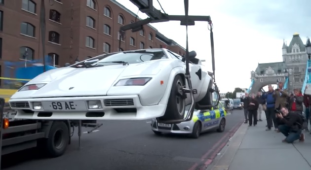 【ビデオ】ランボルギーニ「カウンタック」が英タワーブリッジ近くに乗り捨てられ騒動に