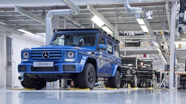 : Im Magna Steyr-Werk (Österreich) ist die 300.000 G-Klasse vom Band gelaufen. Die legendären Gelände-Eigenschaften und der Abenteurer-Charakter werden durch das Offroad-Paket einschließlich schwarzer 16-Zoll Räder mit All-Terrain-Reifen und einem robusten Dachträger weiter verstärkt.;Kraftstoffverbrauch kombiniert: 12,3l/100 km; CO2-Emissionen kombiniert: 289 g/km*The 300,000th G-Class has left the production line at the Magna Steyr plant in Austria. The legendary off-road qualities and adventurer character of the G-Class are enhanced by the Off-Road package including black 16-inch wheels with all-terrain tyres and a robust roof rack.;Fuel consumption combined: 12.3 l/100 km; combined CO2 emissions: 289 g/km*