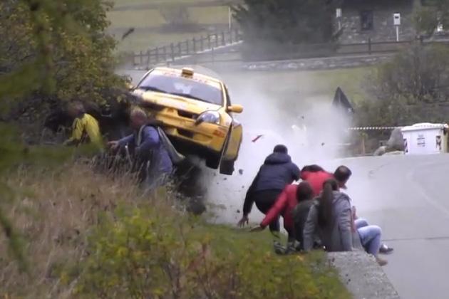 【ビデオ】ラリーカーが観衆に突っ込む恐怖の瞬間映像