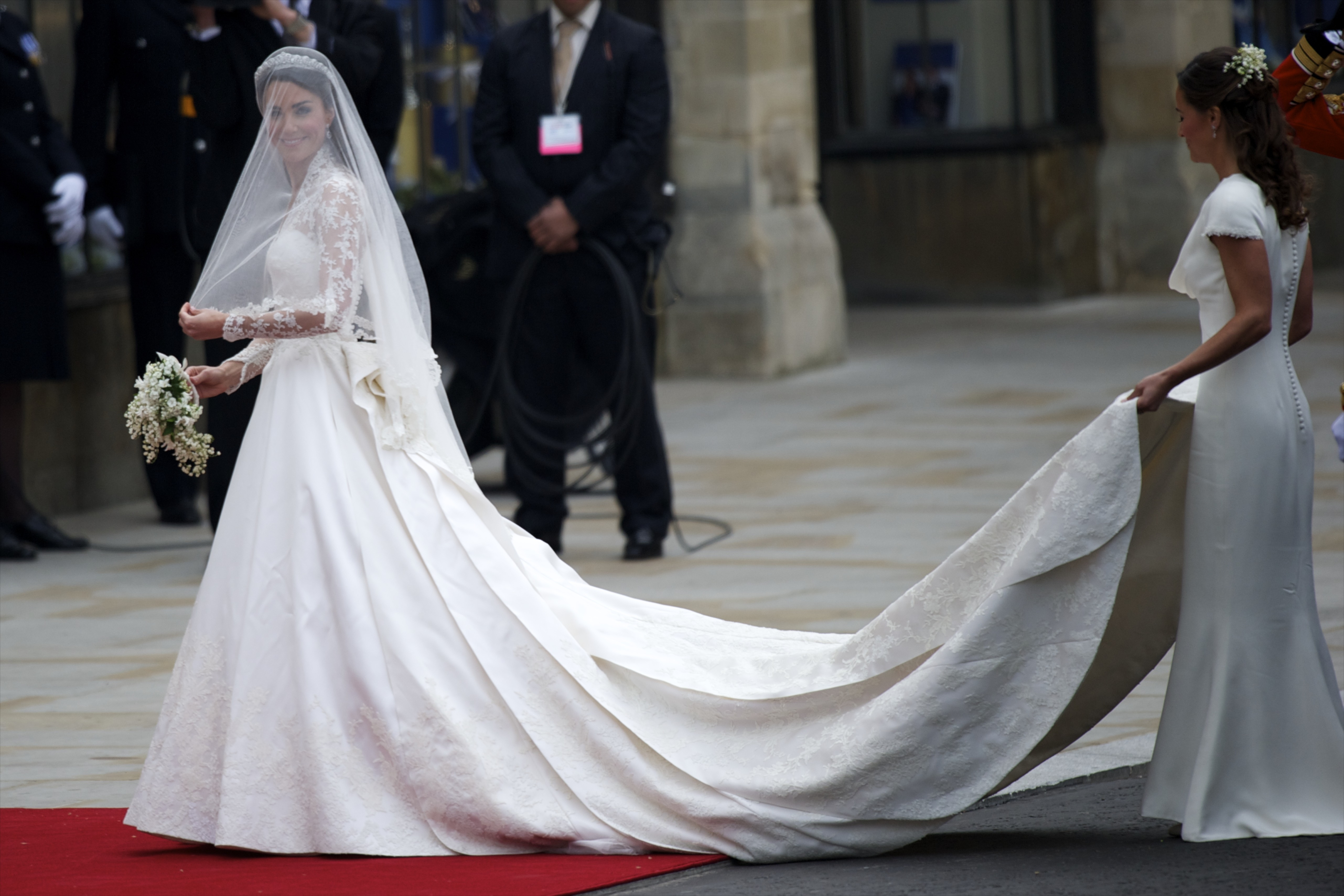 Head to h m to get an affordable version of kate middleton for Kate middleton wedding dress where to buy