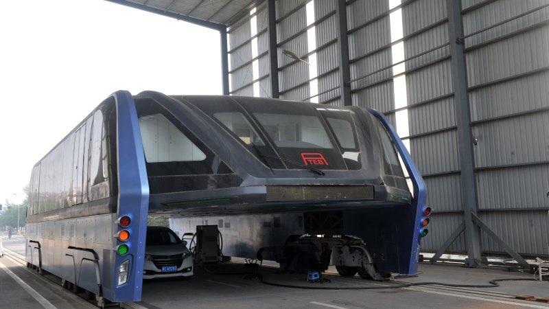 中国で計画されていた道路の上をまたぐ巨大バス、投資詐欺の疑いで当局が捜査に乗り出す