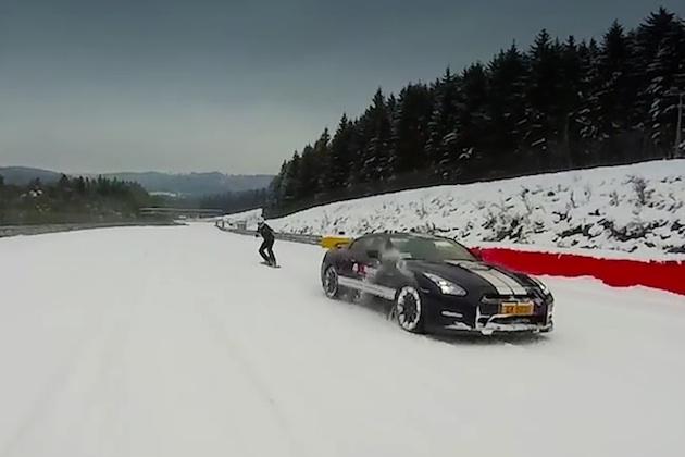 【ビデオ】雪が降り積もったサーキットを、日産「GT-R」に引っ張られてスノーボードで滑走!