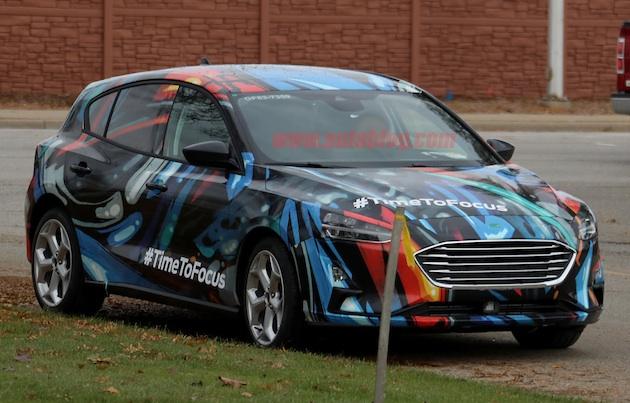 正式発表も近い? 派手なラッピングで覆われたフォードの次期型「フォーカス」を目撃!