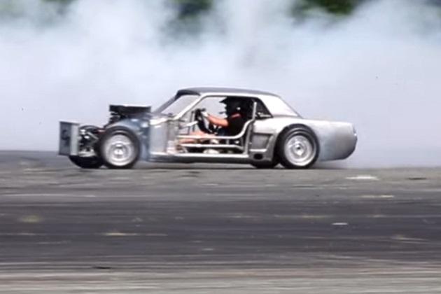 【ビデオ】ケン・ブロックが改造途中のマスタングを容赦なく乗り回す!