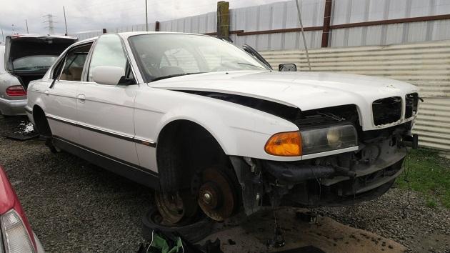 BMWのV型12気筒エンジンが積まれた超高級セダン、E38型「750iL」を廃車置場で発見
