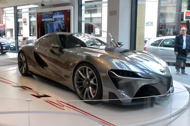 ル・マン24時間レース開催に合わせて、パリのトヨタ・ディーラーでは過去と未来のスポーツカーを展示中