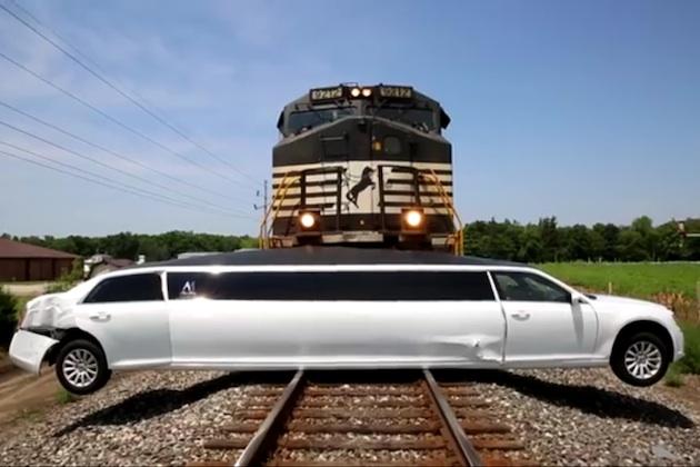 【ビデオ】踏切で動けなくなったリムジンに、貨物列車が衝突する瞬間映像!