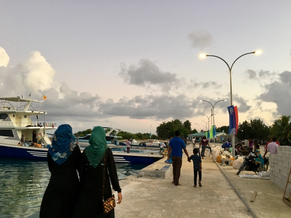 ソーラー街灯を国連の支援で離島の港に設置