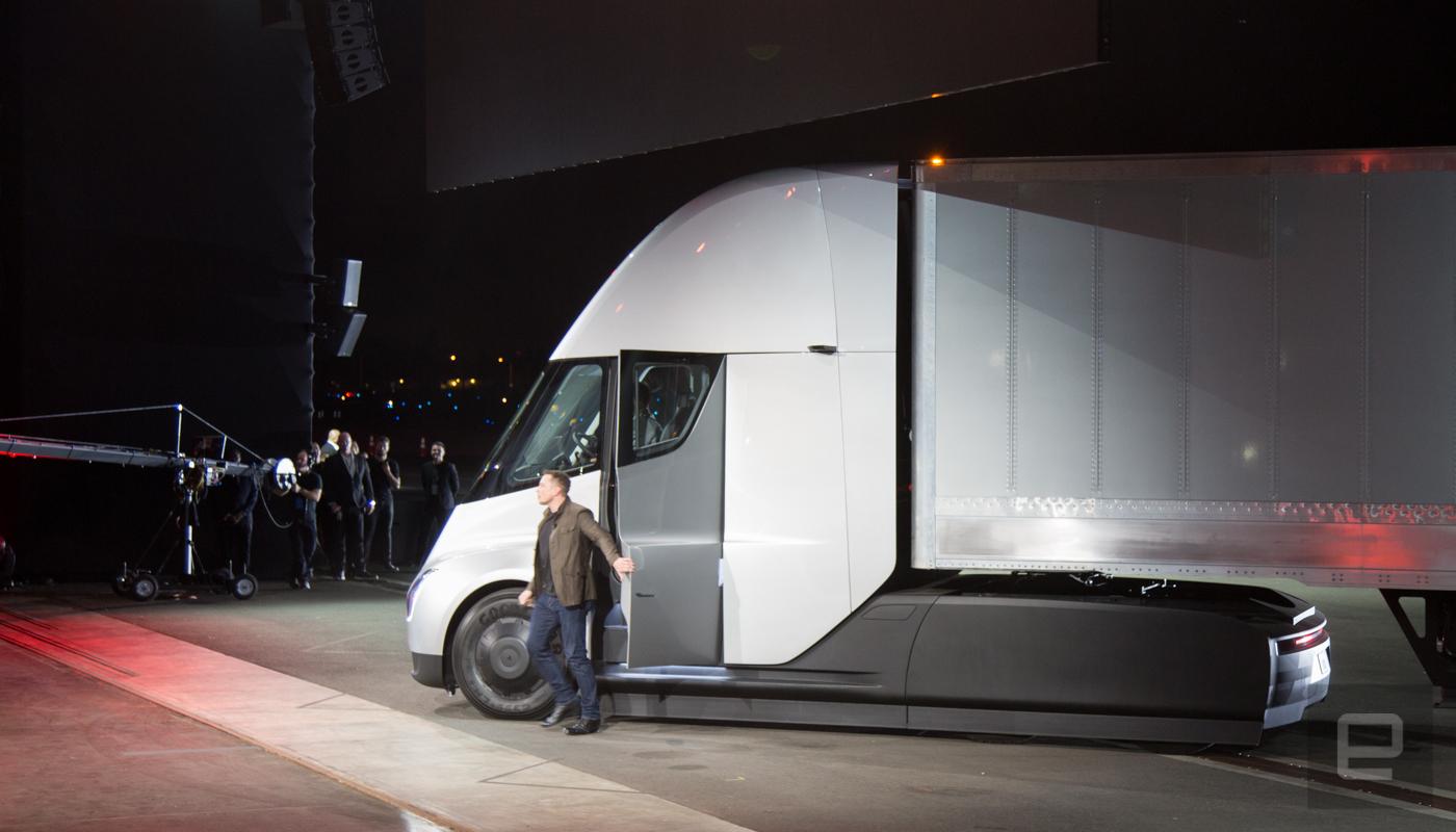 特斯拉 Semi 电动半挂卡车与搭配的 Megacharger 快充站同时发布