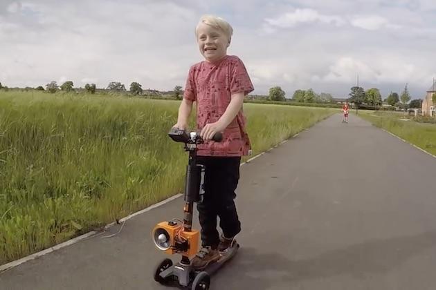 【ビデオ】ヘンな乗り物の発明で有名なコリン・ファーズ氏が、5歳の息子のために電動ファンで走るキックスクーターを開発!