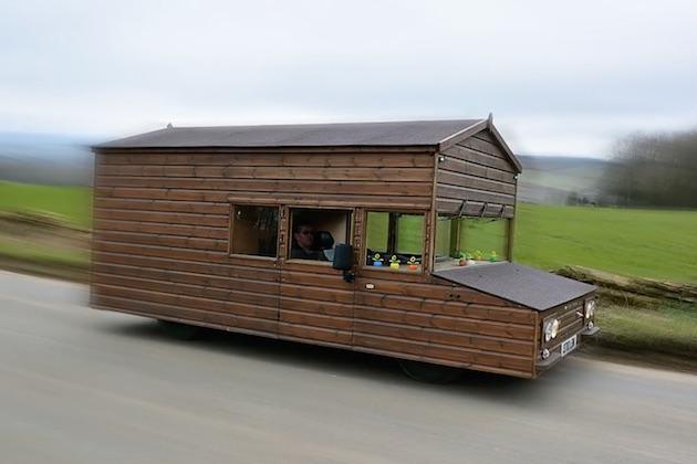 【ビデオ】公道も走行可能な世界最速の「走る小屋」が、速度記録を更新!