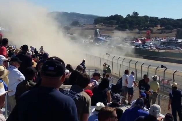 【ビデオ】ヒストリックカー・レースで脱輪したタイヤが観客席へ一直線!