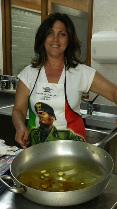 La vicesindaca col grembiule di Mussolini. Scoppia la polemi