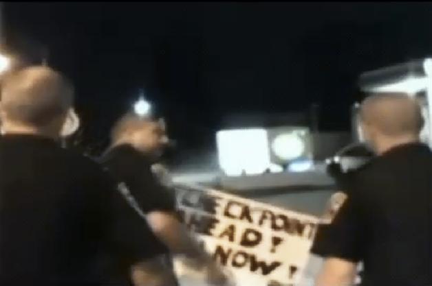 【レポート】「この先で飲酒検問! 引き返せ!」のボードを掲げた男性と警察がバトル