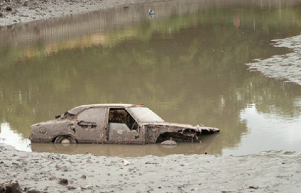 Ford Cortina pulled from Hampstead Heath pond