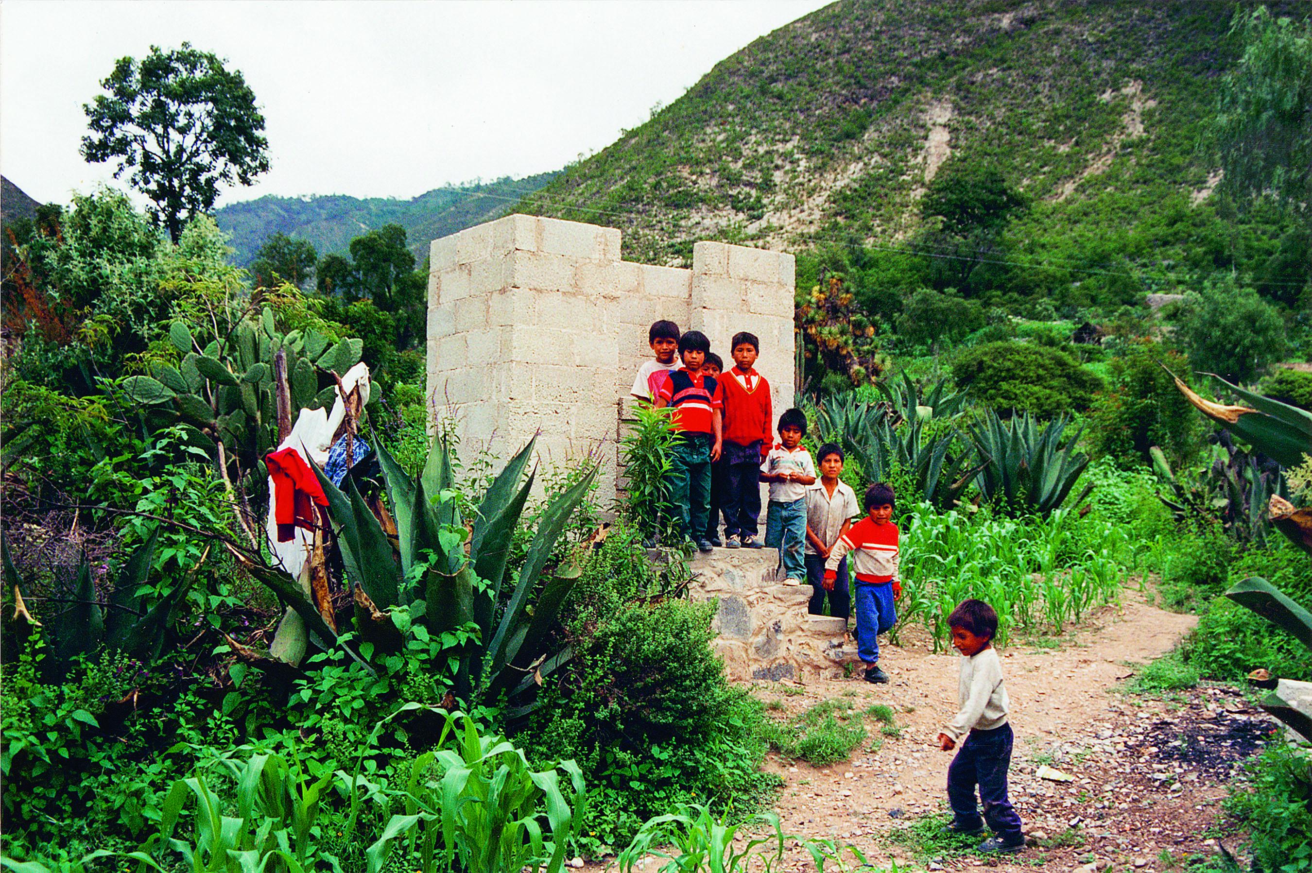 Letrinas en construcción en San Andrés Yahuitlalpan, Puebla.