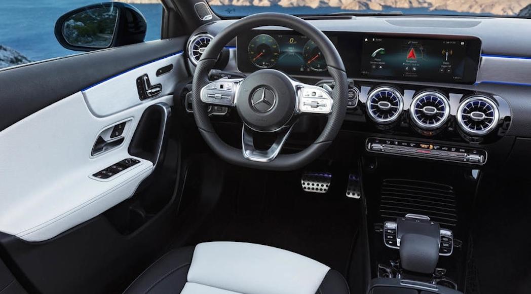 Mercedes-Benz A-Klasse Interieur: AMG Line nevagrau/schwarz, Exterieur: Digital white pearl // Mercedes-Benz...