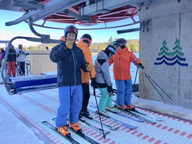 Les premiers skieurs de l'hiver au Quebec, samedi 11 Novembre, attendaient impatiemment l'ouverture du...