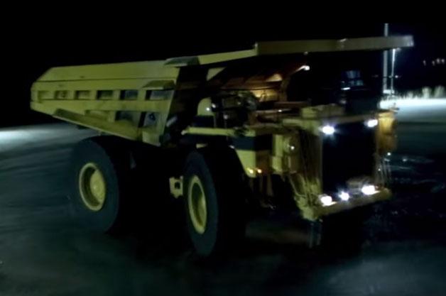【ビデオ】99トンの巨大ダンプトラックでドリフトに挑戦!