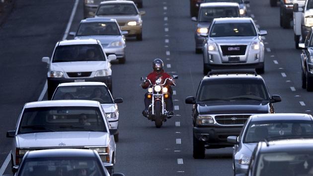 フォード、ドライバー・アシスト機能を利用したオートバイのすり抜け走行検知システムで特許を取得