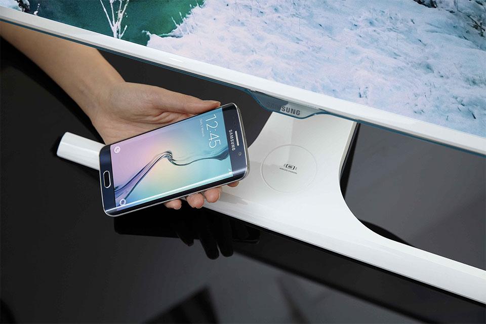 最新的三星显示器可以为手机无线充电