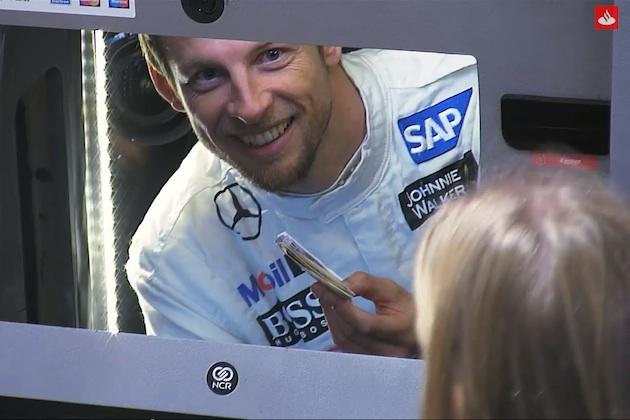 【ビデオ】ボタンを押すと、ATMの中からF1ドライバーのジェンソン・バトンが登場