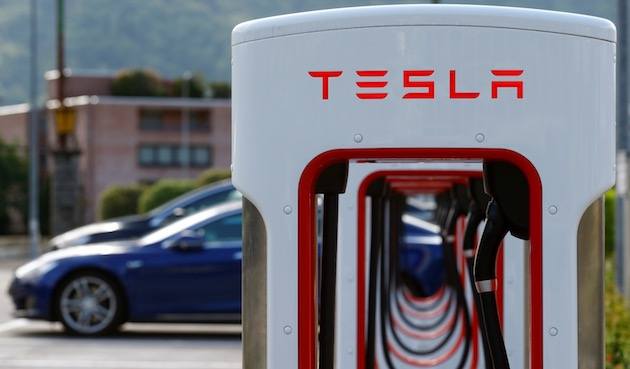 Electric-powered Tesla cars stand at a charging station in Melide near Lugano, Switzerland May 9, 2018.     REUTERS/Arnd Wiegmann