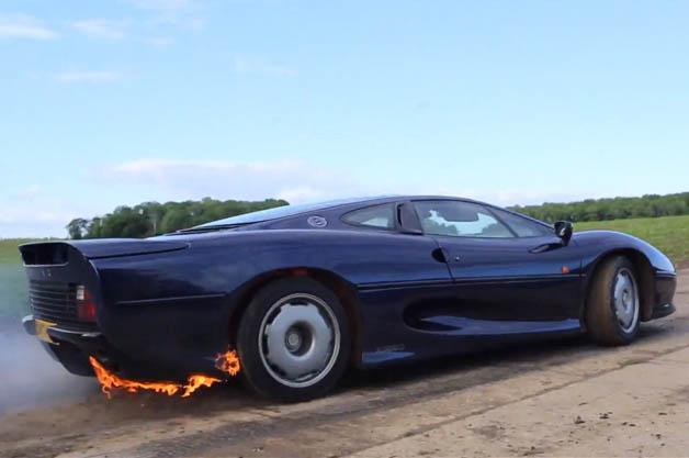 【ビデオ】貴重なジャガー「XJ220」に火を噴かせる!