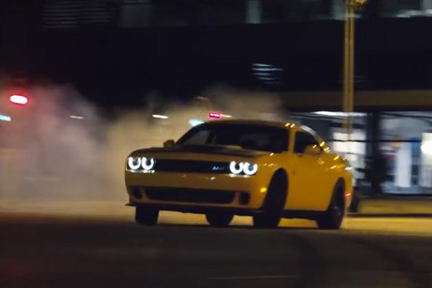 【ビデオ】ダッジ「チャレンジャー SRTヘルキャット」が、夜の街で爆音を響かせドリフト!