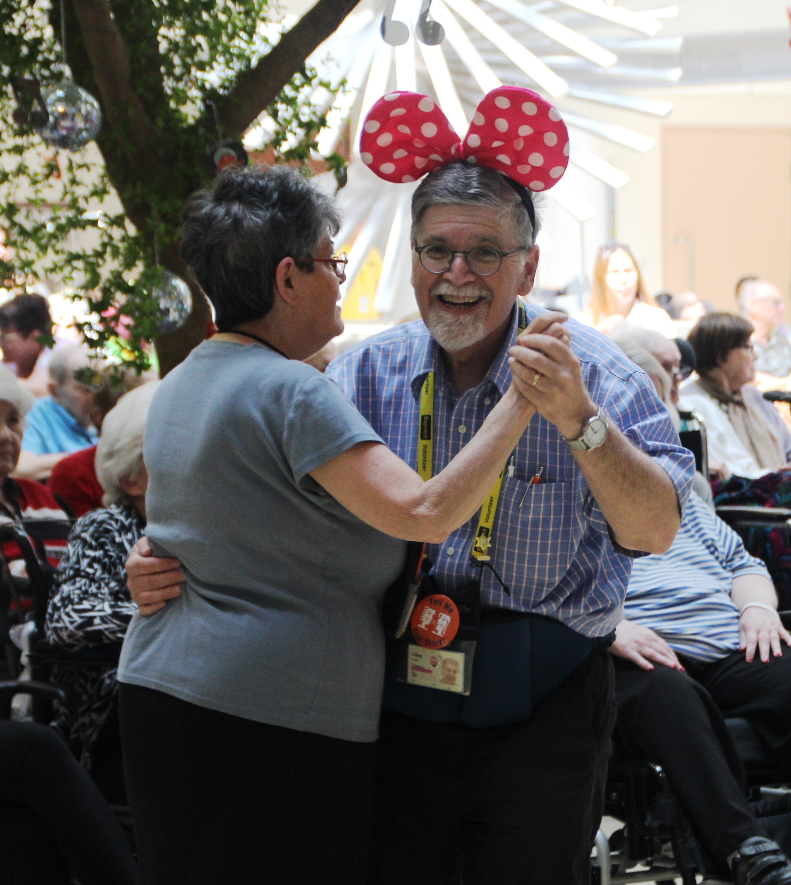 Baycrest volunteers Alan and Helen Cohen dance at the 2017 Baycrest