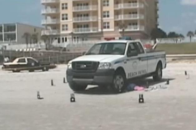 【ビデオ】日光浴中に警察のパトカーに轢かれた女性に260万ドルの賠償金